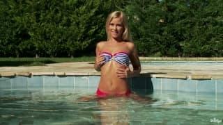 Lola Myluv- Orgasm at the pool
