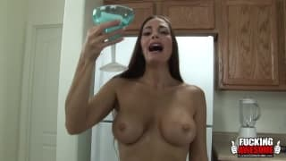 Cheyenne Hunter prepares a good smoothie in her ass