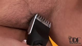 Valentina wants to show you how she shaves her cunt