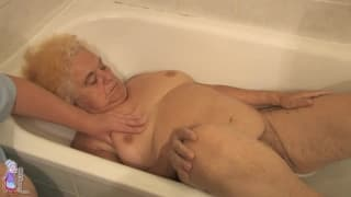 Hermine is a horny old woman in the bathtub