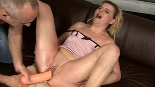 This mature woman enjoys herself on the couch
