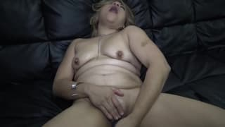This woman loves to play with her dildo
