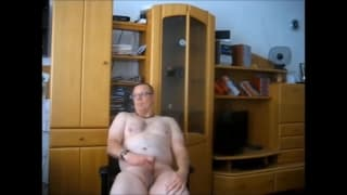 An amateur gay who masturbates alone