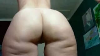 Big booty milf shows off her juicy ass on cam