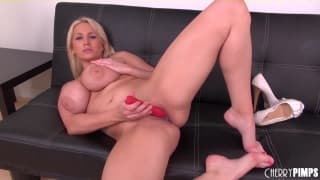 Alanah Rae gives herself a good fuck