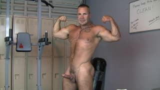 Muscular guy wanks off eagerly