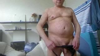 This guy shows us how he enjoys wanking off