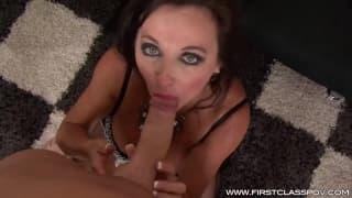 Wonderfull cougar gives a sexy blowjob