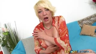 Amanda plays with her nipples and pussy
